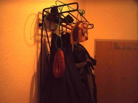 Der Schinken an der Garderobe